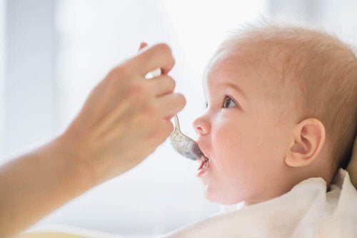 赤ちゃんにあげてはいけない8つの食べ物