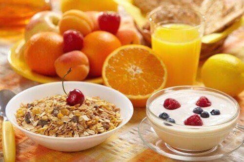 朝食を食べる
