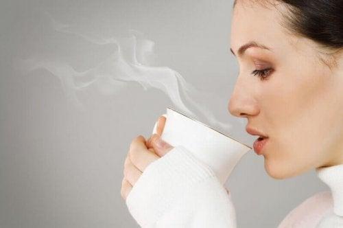 熱いお茶を飲む女性