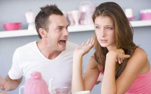 許すべきでないパートナーからの言葉の暴力の6つの形態