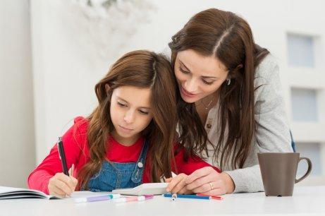 宿題をやる母と娘