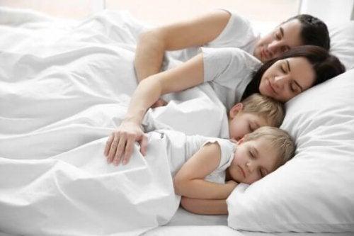 親と一緒に寝る子供たち