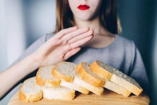 パンを食べない女性