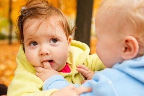 噛み付く赤ちゃん