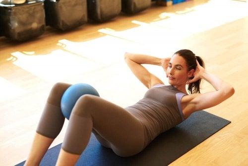 運動を行う女性