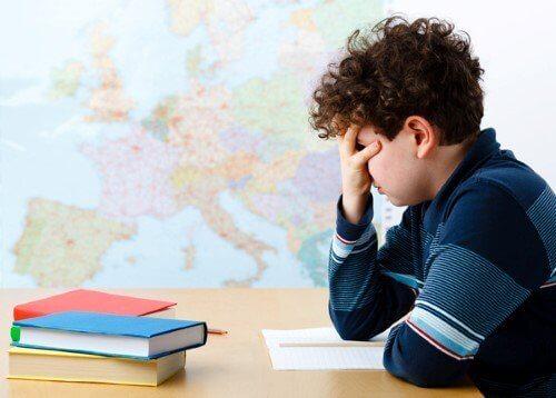 成績を心配する男子