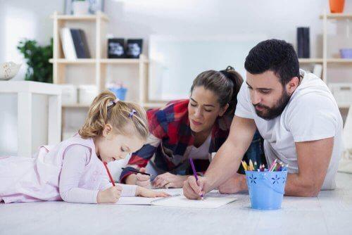 子供の宿題を手伝う親