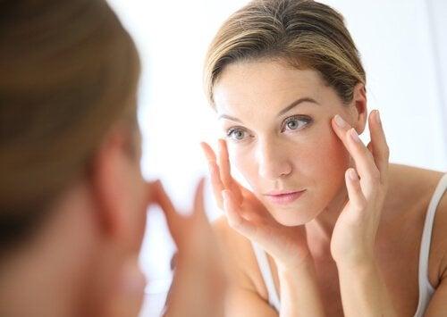 鏡を見る 緊張性頭痛