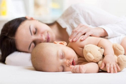 赤ちゃんと添い寝する母親 赤ちゃん 睡眠 母親