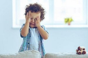 泣いている子供 子どもの癇癪を防ぐ