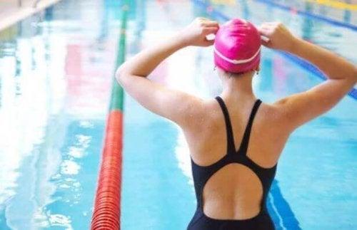 水への恐怖心を克服し、泳げるようにするには?