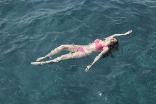 海で安全に泳ぐには?プールとの違いとは?