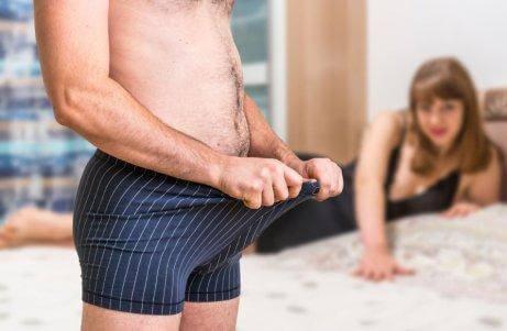 陰茎を見る男性 嵌頓包茎