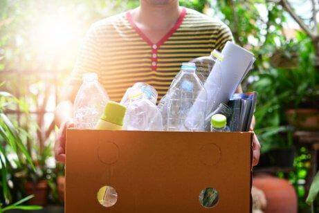 リサイクルを実践する男性