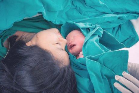 分娩後の赤ちゃんと母親