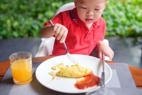 卵を食べる少年