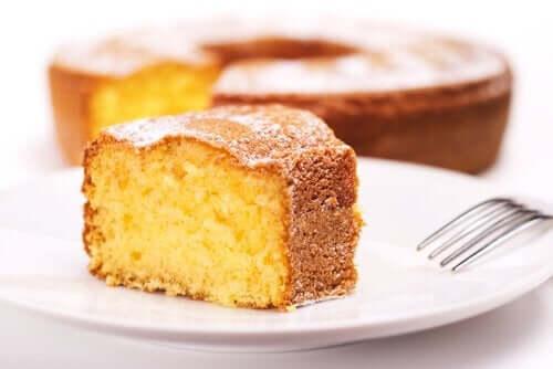 皿に乗せたケーキ
