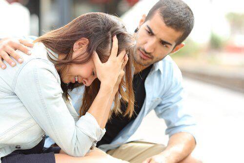泣いている女性を慰める男性