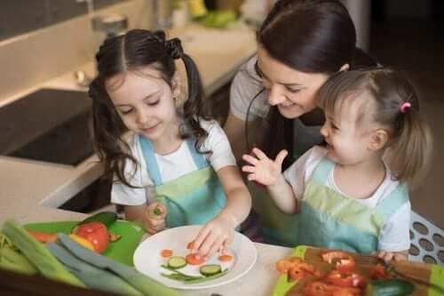 野菜を盛り付ける母と子
