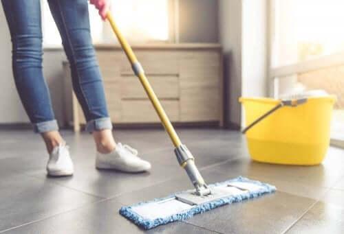 床タイルを掃除するための7つのヒント