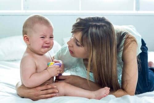 赤ちゃんのお世話をする母親