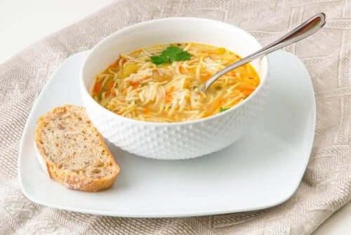 お手軽レシピ:パスタ入りスープの作り方
