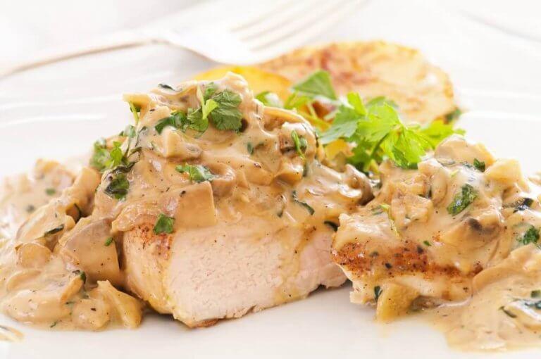 チーズソースでいただくおいしい鶏胸肉のレシピ