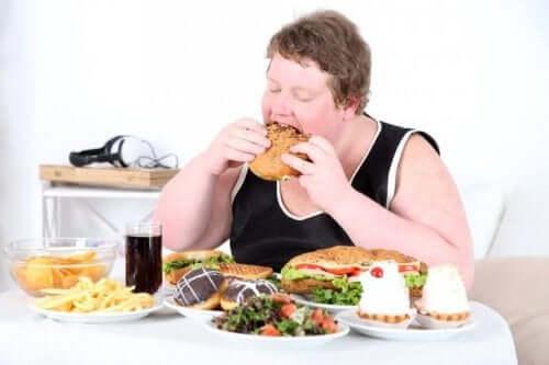 食べ過ぎの男性
