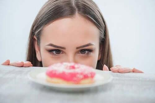 ドーナッツを見る女性