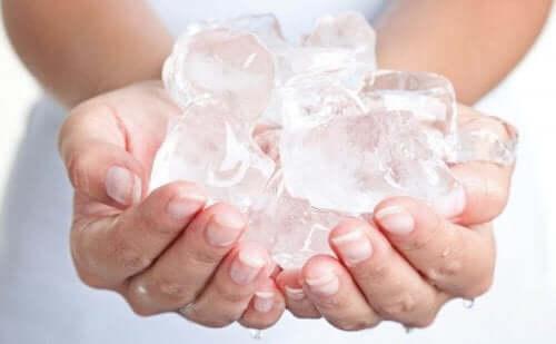 氷を持つ人  子供の口唇ヘルペス!回復を早める6つの方法
