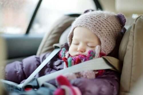 赤ちゃん チャイルドシートで眠るべきではない