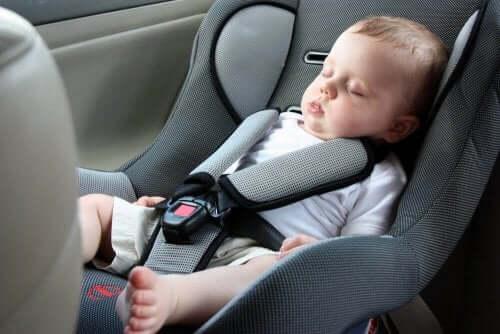 気をつけよう!赤ちゃんがチャイルドシートで眠るべきではない理由