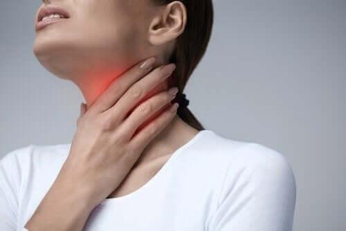 喉の痛みに悩む女性 喉 痛み ドリンク