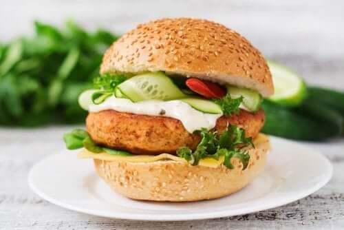 試してみよう!タンパク質豊富なチキンバーガーレシピ