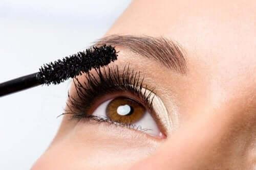 マスカラを使う女性 健康的 まつ毛 成長