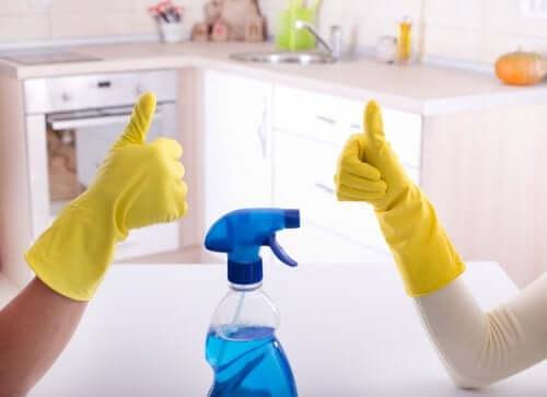キッチンの掃除をするカップル パートナー 家事