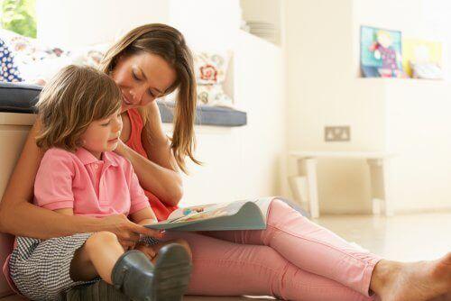 本を読む母と子 ディスレクシア 子ども