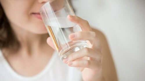 水を飲む女性 筋肉の疲れ 自然療法