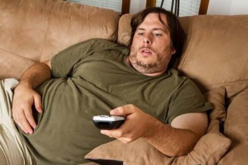 ソファでテレビを見る男性 変形性関節症 予防