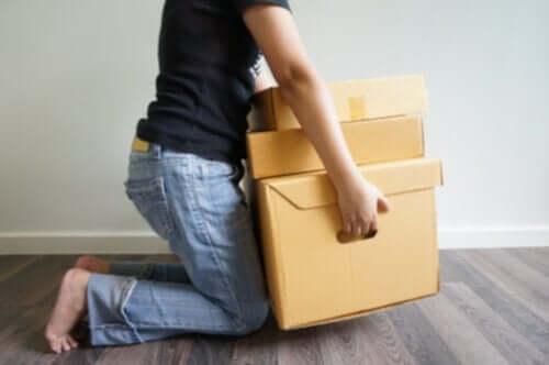 荷物を持ち上げようとする女性 変形性関節症 予防