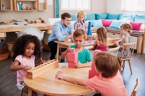 教室で遊んでいる子供たち イマジナリーフレンド