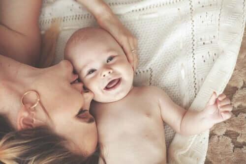 笑う赤ちゃんと女性 ベビーマッサージ