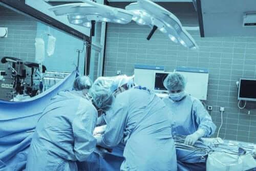 大脳半球切除手術を行う医師たち