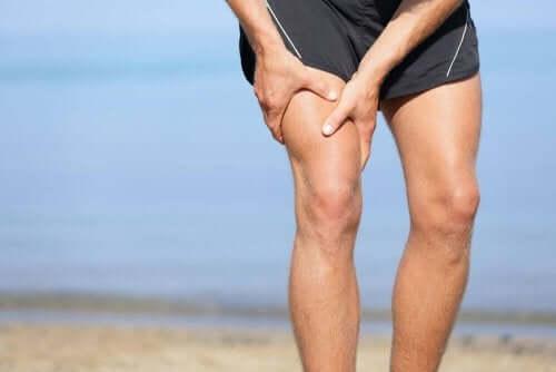 膝の痛みに苦しむ男性 変形性関節症 膝の痛み