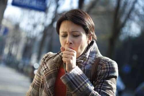 咳が止まらない女性 咳 胸の痛み 原因