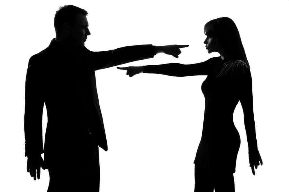 お互いを非難する感情的虐待