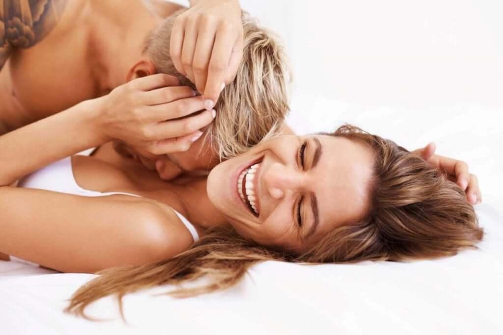 セックスを楽しむカップル