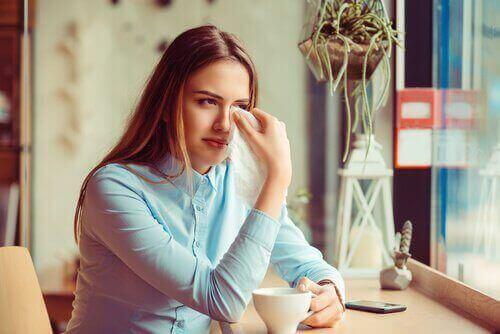 離婚後の悲しみを感じる女性