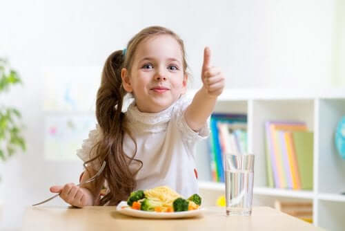 食事を楽しむ子供