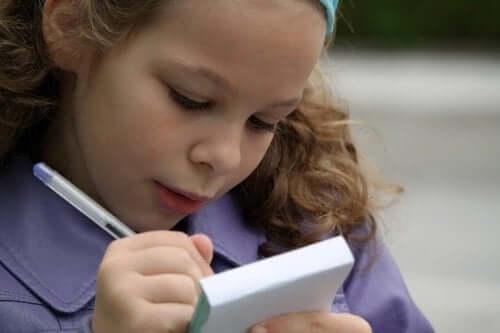 親子で一緒に書き方を覚えるために手紙を書く